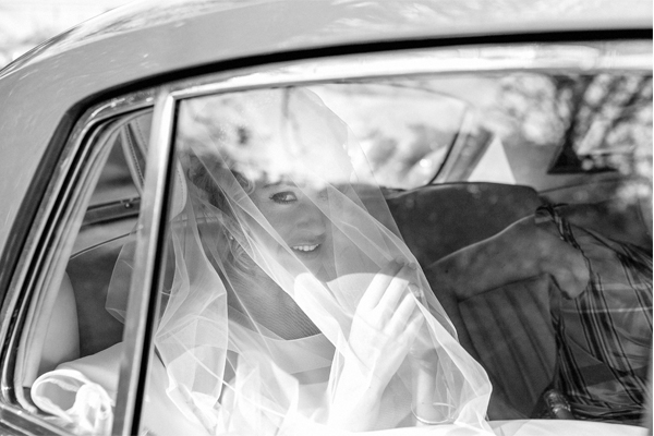 bride in the car under veil fotogenic of scotland