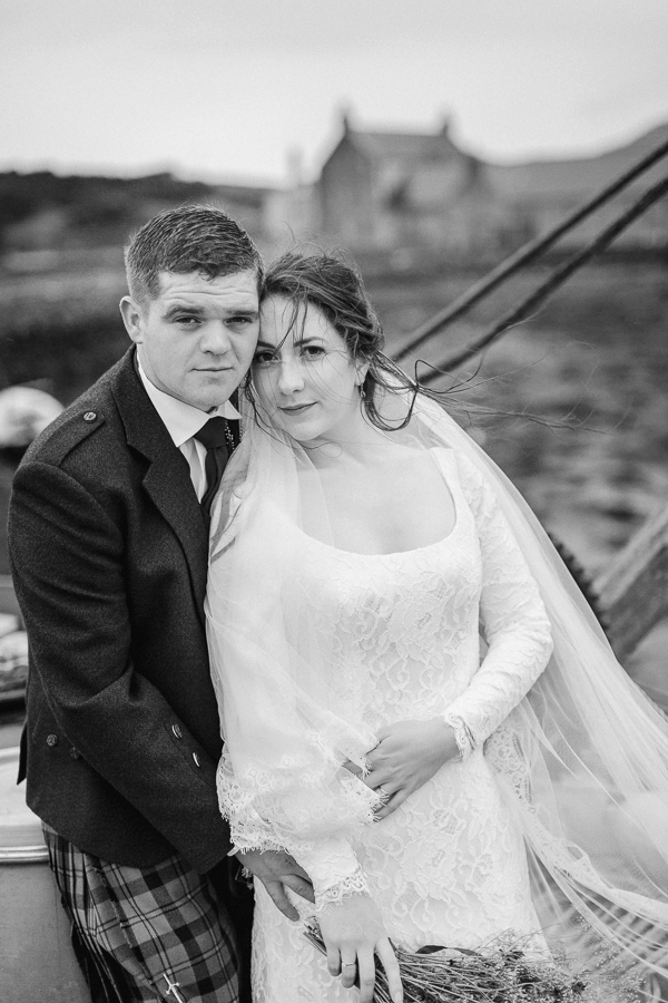 newlyweds embraced fotogenic of scotland