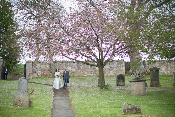 father walking down bride to teh church fotogenic of scotland