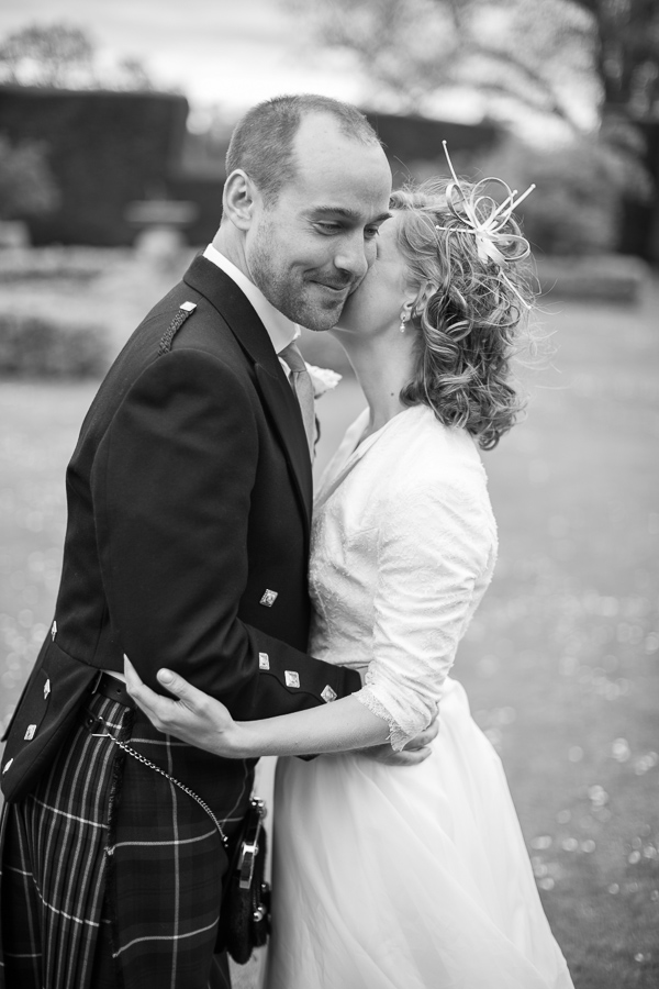 bride and groom kissing  fotogenic of scotland