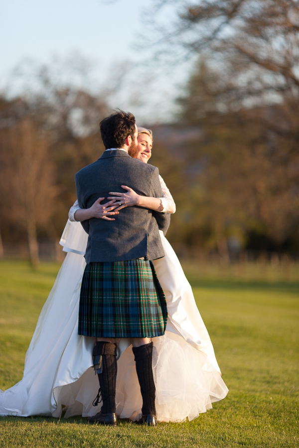 bride and groom embraced fotogenic of scotland