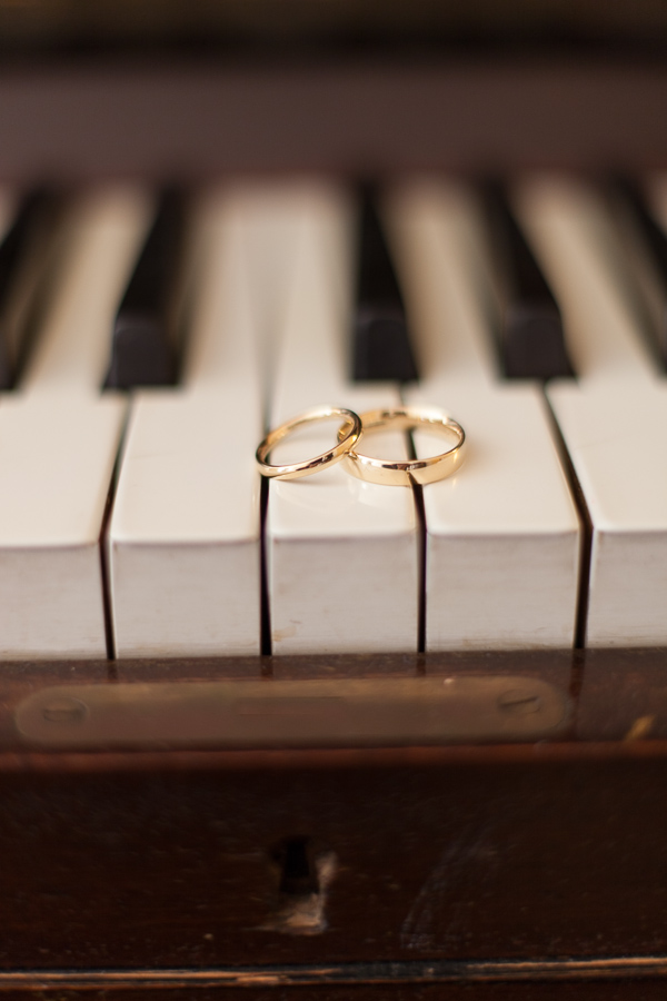 weddings rings on a piano fotogenic of scotland