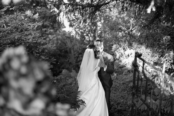 bride and groom kissing in a graden fotogenic of scotland