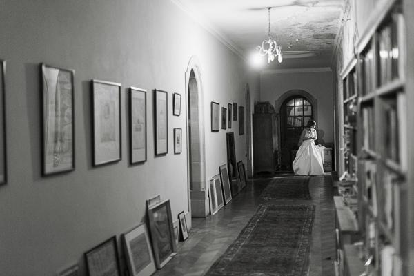 bride inside arkinglas corridors