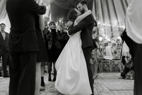 bride and groom kissing during dancing fotogenic of scotland