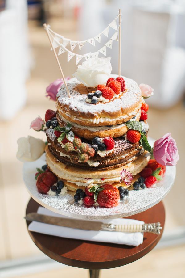 wedding cake with fruits fotogenic