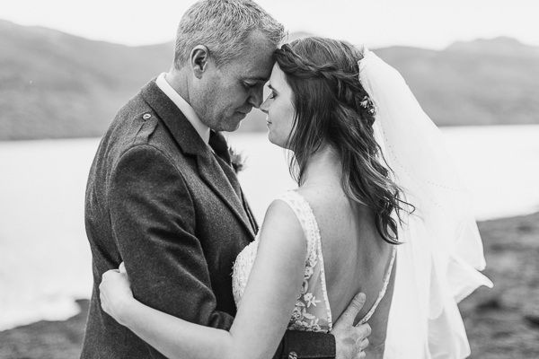bride and groom with faces close fotogenic