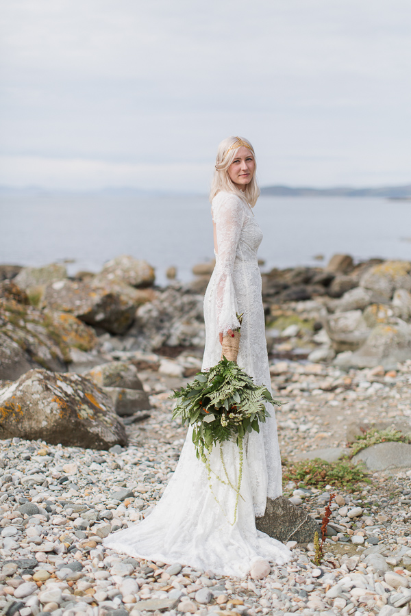 cool bride on a rocky beach in scotland fotogenic of scotland