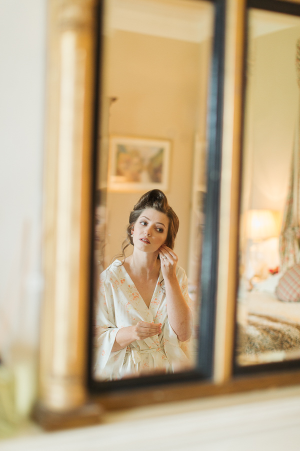bride putting her earings mirror reflexion fotogenic of scotland