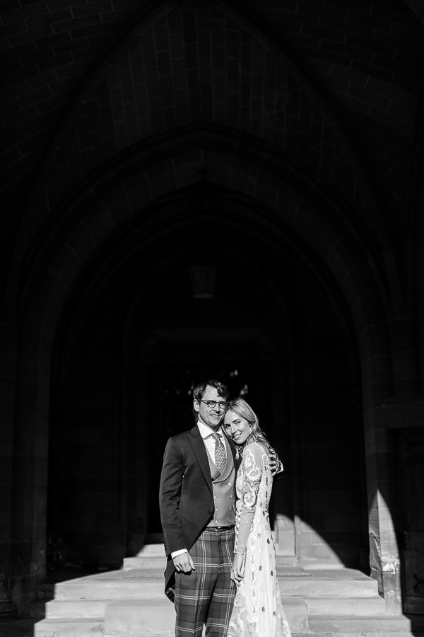 bride and groom hugging fotogenic