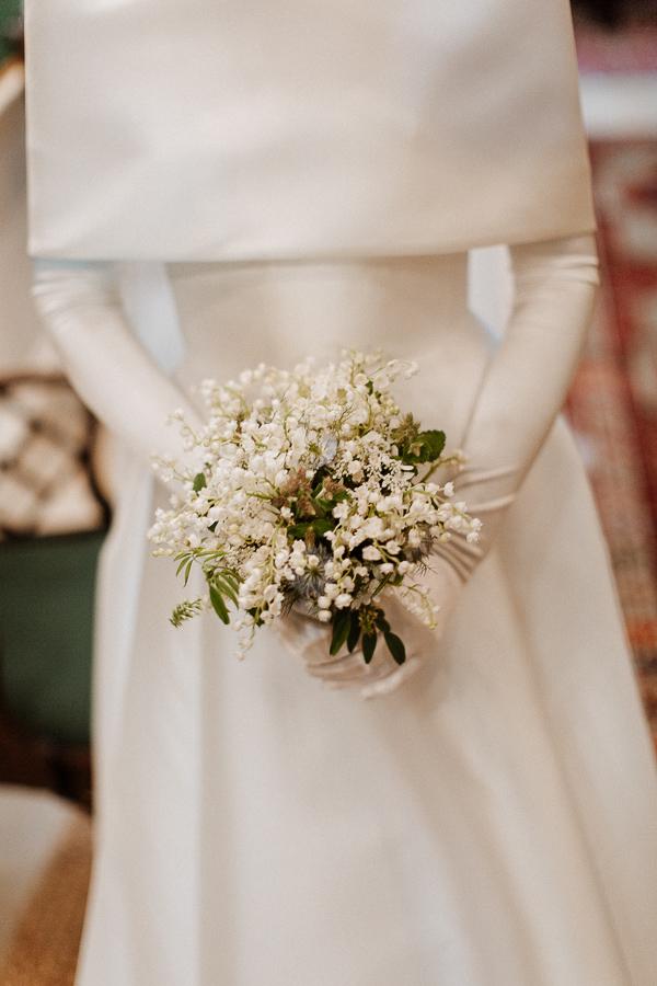 elegenat bride with simple flowers